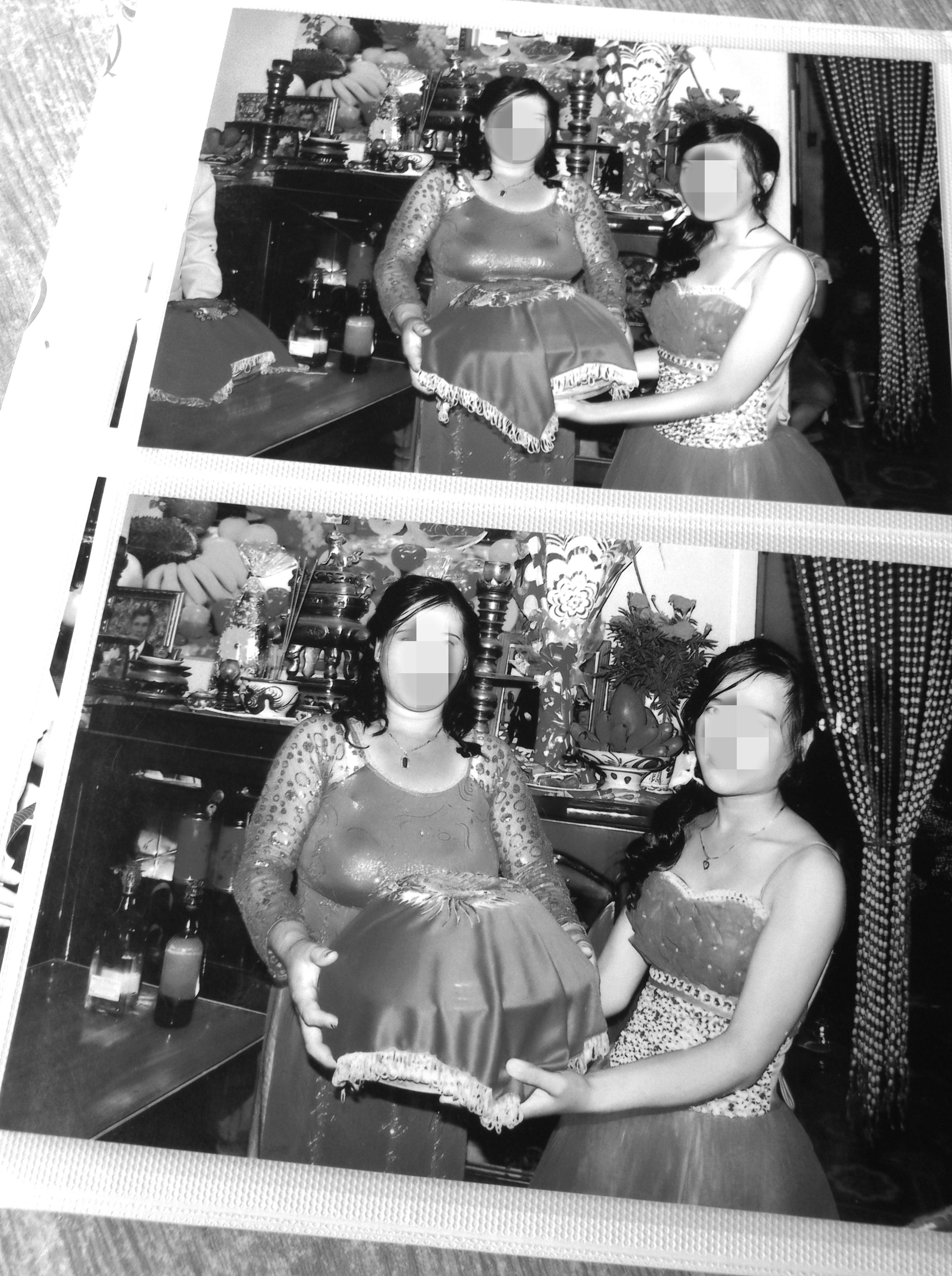 Cô Ly và mẹ của cô xúng xính áo quần trong ngày cưới