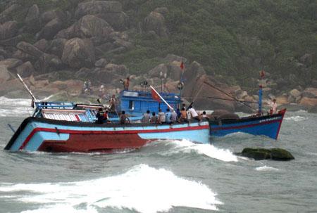 Một tàu cá gặp nạn ở cửa biển Mỹ Á.