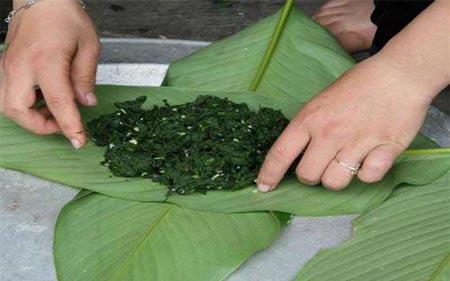 Rêu đá trộn gia vị được gói trong lá dong