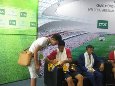 Arteta ký tặng người hâm mộ