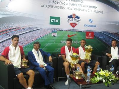 Arteta (ngoài cùng bên trái) -  Jenkinson (thứ 3 từ trái sang) và Gibbs trong buổi giao lưu với CĐV Arsenal và lãnh đạo CTX Holdings chiều 16.7