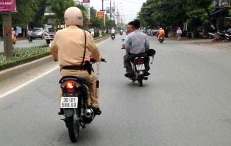 Hình ảnh CSGT được cho là Nguyễn Ngọc Hoàng đuổi theo xe máy của  2 anh Ngọc, Kỷ.