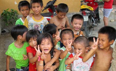 Ở làng chài Cồn Sẻ cũng như nhiều vùng ở Quảng Bình, cảnh thường thấy là trẻ em nam nhiều hơn trẻ em nữ.