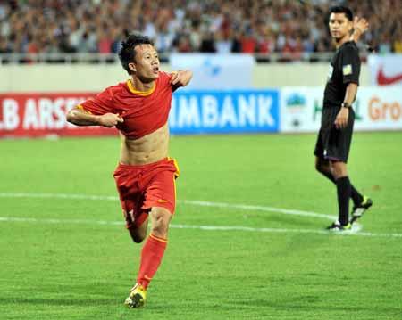 Cầu thủ Mạnh Dũng ăn mừng sau khi ghi bàn vào lưới Arsenal.