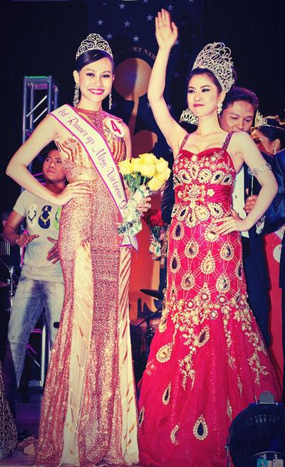 Hoa hậu Phu nhân Việt Nam Toàn cầu 2012 Tristine Trâm Bùi (phải) cũng có mặt trong đêm chung kết để trao vương miện Á hậu cho Kim Duyên.