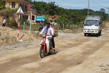 Đoạn đường qua trung tâm xã Tam Đại mới đưa vào sử dụng đã hư hỏng nặng.