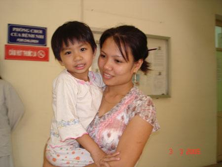 Cháu Diệu Linh trước khi lên bàn mổ vào tháng 10.2008.