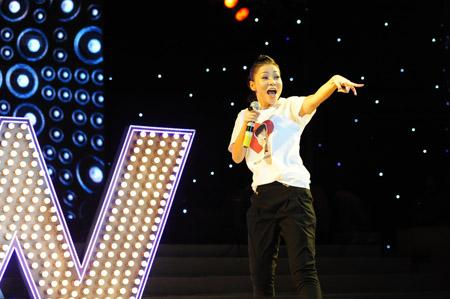 """Ca sĩ Thu Minh trong đêm nhạc """"Cám ơn"""" diễn ra vào ngày 01.11.2012 tại sân khấu Trống Đồng với mong muốn có thêm sự ủng hộ của khán giả, các Mạnh Thường Quân phụ giúp chi phí chữa bệnh cho Wanbi Tuấn Anh."""