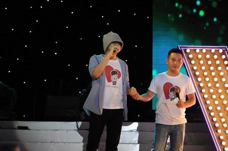 MC Anh Khoa và Wanbi Tuấn Anh. Lúc này sức khỏe Wanbi đang rất yếu. Anh đã cố gắng rất nhiều để có thể đứng trên sân khấu để hát và nói lời cám ơn đến khán giả và các anh, chị đồng nghiệp