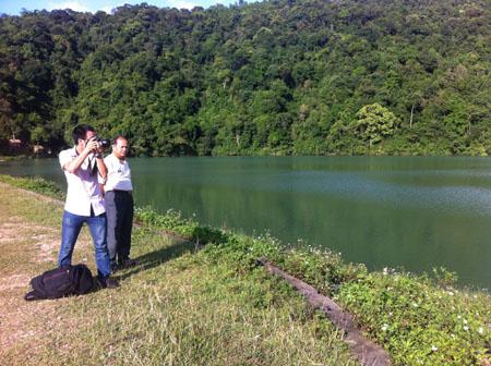 PV?NTNN (trái) cùng với ông Ngọc?Tiến Lệ tại hồ Khe Chảo chiều ngày 19.7.