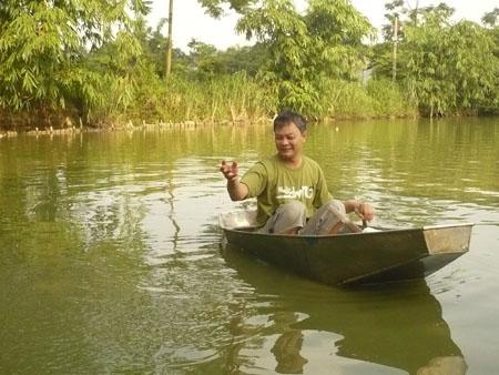 Được vay 20 triệu đồng, anh Miền mở rộng ao nuôi cá.