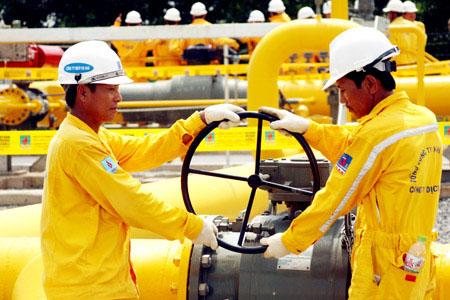 Công nhân vận hành đường ống dẫn khí.