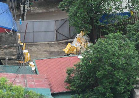 """Cơ sở tập kết cá tầm nhập lậu ở trong làng Phú Đô (Mễ Trì, Từ Liêm,   Hà Nội) đang """"án binh bất động""""."""