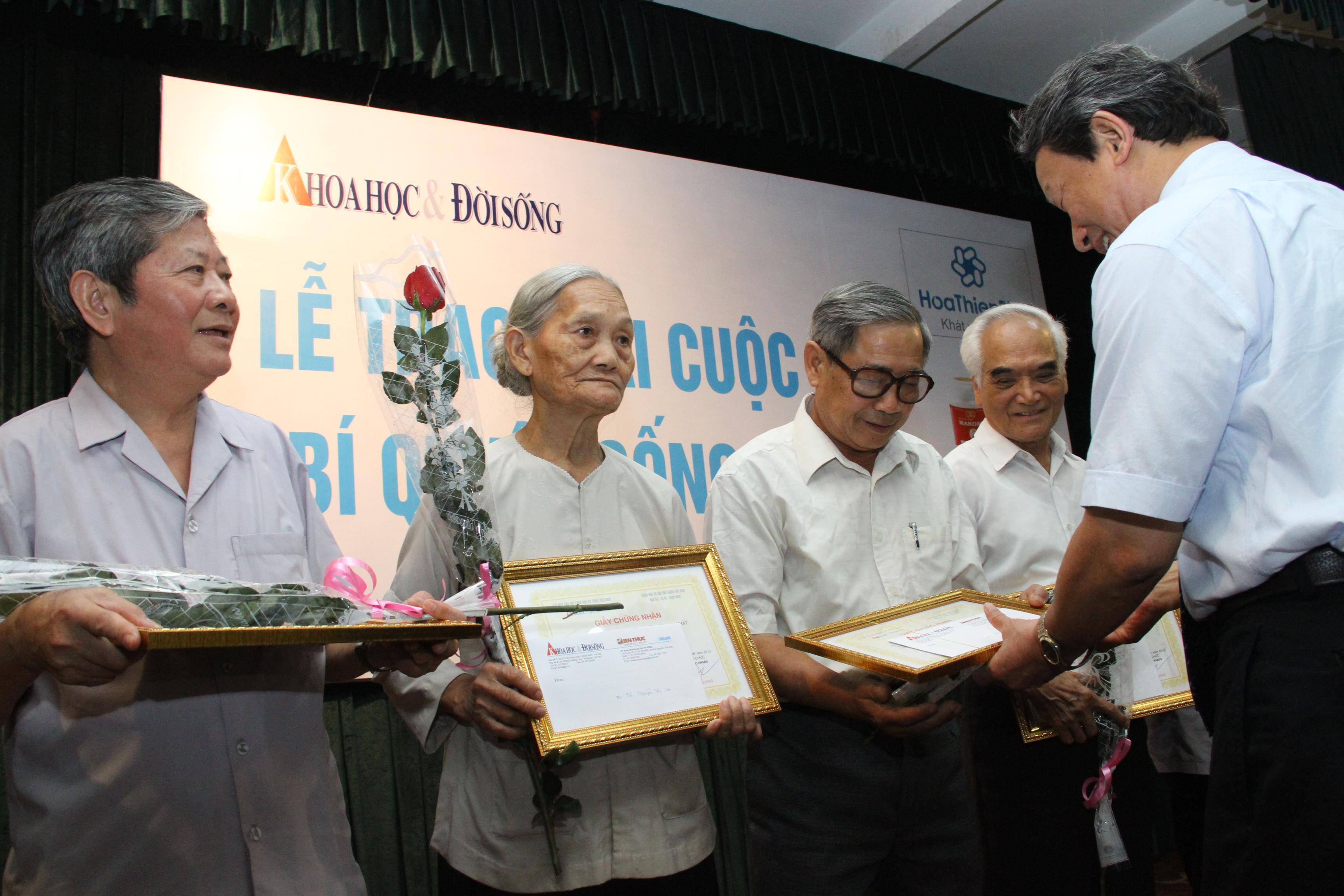 Các cụ nhận giải thưởng khi viết về kinh nghiệm sống của chính mình.