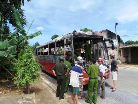 Chiếc xe khách bị cháy trong đêm, khiến hư hỏng nhiều bộ phận.