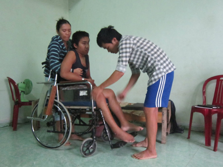 Nhiều khi đuối sức, chị Trang lại nhờ hàng xóm đến phụ chị một tay