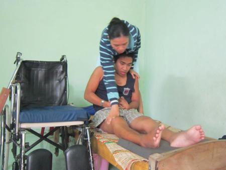 Chị Trang đang chăm sóc chồng