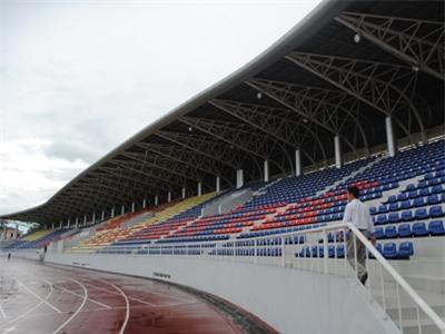 Sân vận động huyện Hoài Đức với 4.000 chỗ ngồi có mái che. Ảnh: Minh Tuấn