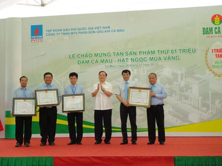 Phó Thủ tướng Hoàng Trung Hải trao tặng giấy khen cho cán bộ PVCFC.