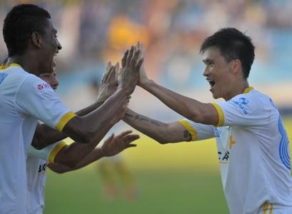 Công Vinh (phải) quyết tâm đặt mốc son ghi 100 bàn thắng ở V.League trước khi sang Nhật Bản. Ảnh: Minh Hoàng