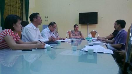 : BGH trường Kiến An làm việc với phóng viên (cô Là ngồi giữa)