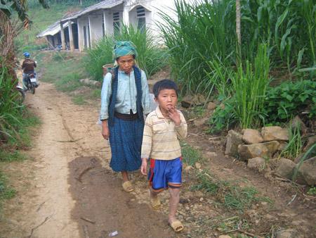 Phần lớn lao động chính đã vượt biên sang Trung Quốc làm ăn, giờ ở Tát Ngà chỉ còn người già và trẻ nhỏ.