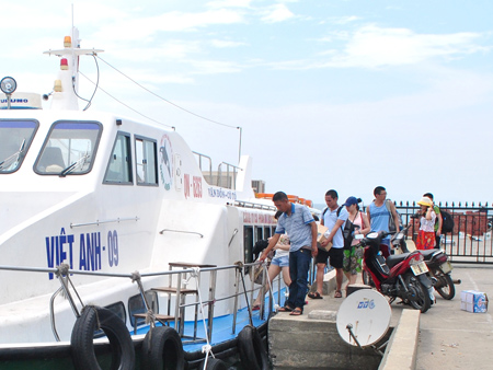 Chiếc vé của công ty Phúc Thịnh bán cho du khách đi Quan Lạn – Vân Đồn không có số ghế, ngày tháng và ghi sai tuyến.