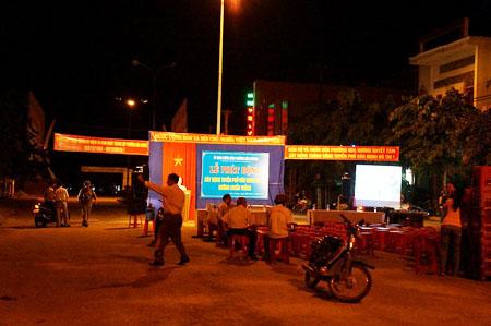 """UBND phường Hòa Hương, TP Tam Kỳ chiếm dụng đường đi để tổ chức lễ phát động xây dựng """"tuyến phố văn minh""""."""