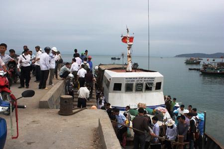 7h30 sáng nay hơn 100 du khách đã trở về đất liền.