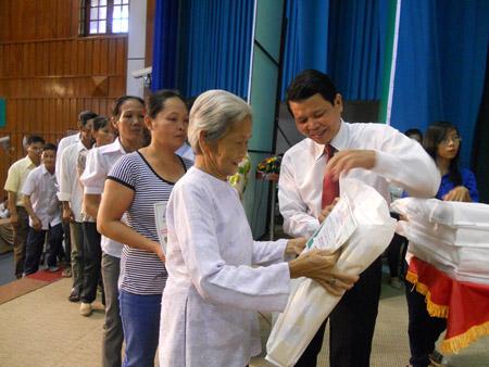 Hội ND tỉnh Long An phối hợp các đơn vị trao vốn hỗ trợ phát triển sản xuất  cho các hộ nông dân 2 huyện Cần Đước và Bến Lức ngày 30.7.