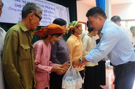 Đại diện TH True Milk – Ông Nguyễn Tiến Hiền tặng quà cho người dân Thái Nguyên