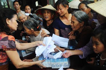 Rất đông người dân ở Thái Nguyên lần lượt nhận quà từ đoàn từ thiện trong không khí vui tươi, phấn khởi