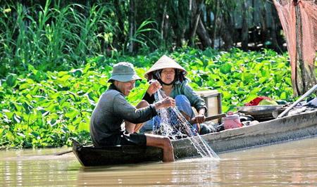 Người dân đánh bắt cá trên kênh rạch ở Vườn quốc gia Tràm Chim.