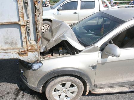 Ca pô chiếc Chevrolet Captyva bị vỡ nát