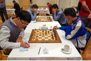 Quang Liêm (phải) đã xuất sắc vượt qua Oliver Barbosa