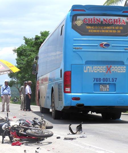 Hiện trường vụ tai nạn của xe khách Chín Nghĩa