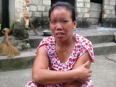Bà Vũ Thị L., mẹ cháu H., kể lại sự việc cho phóng viên.