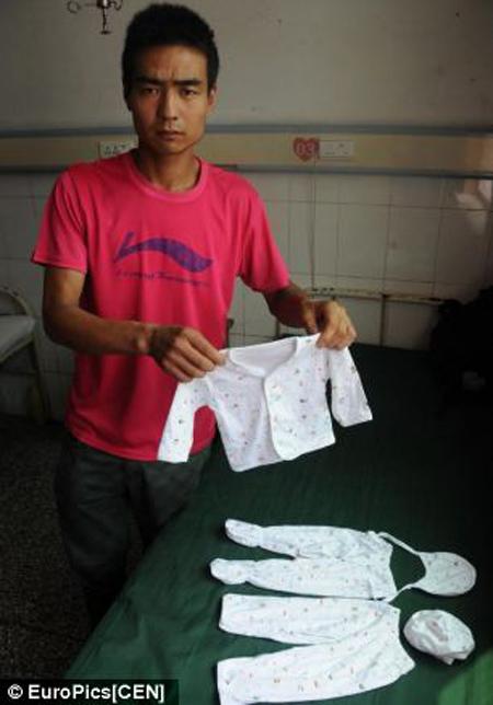 Ông bố Lai Guofeng gấp quần áo của con trai,