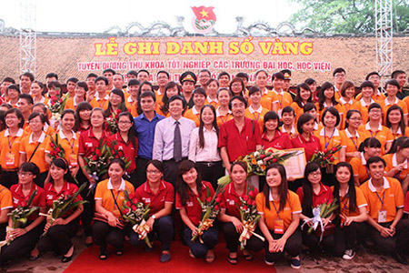 Lãnh đạo thành phố, Thành đoàn Hà Nội chúc mừng thành tích học tập của các sinh viên tài năng.