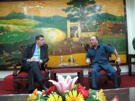Chủ tịch Nguyễn Quốc Cường (phải) trao đổi với ông Arthur Erken.