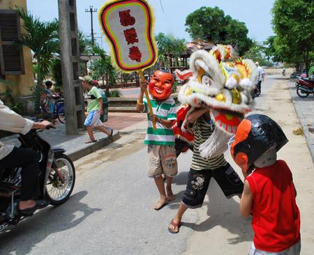 Các em tập múa lân ngay giữa đường, dễ dẫn đến tai nạn giao thông.