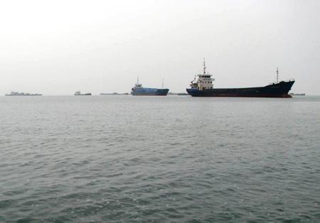Số dầu buôn lậu khủng được tập kết về cảng Vạn Gia trước khi xuất sang Trung Quốc.