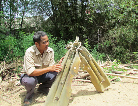 Anh Bảo vẫn còn lưu giữ chiếc chong chóng bom thả xuống vườn nhà ông Lê Bá Kiên (điểm đầu của đường tránh và bến xe) làm 2 cha con tử nạn.