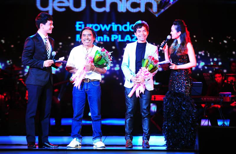 Yasuy và nhạc sĩ Y phôn K'sor nhận giải thưởng BHYT tháng 8 với ca khúc