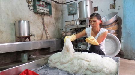 Dù sản xuất bún sạch nhưng các hộ dân ở làng bún Trịnh Xá vẫn bị ảnh hưởng.
