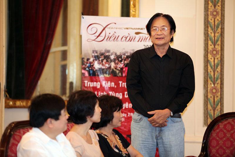 Nhạc sĩ Dương Thụ trong chương trình Hòa nhạc Điều còn mãi 2013