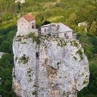 Tu sĩ lánh đời trên cột đá 40 mét suốt 20 năm