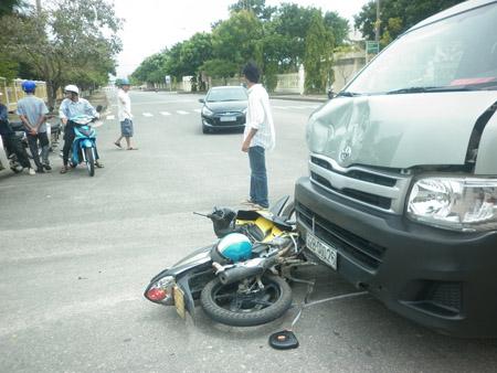 Sau khi gây tai nạn, xe máy bị xe ô tô kéo lê đoạn dài