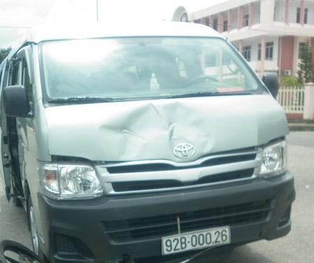 Capô ô tô bị móp méo sau khi hất văng người phụ nữ đi xe máy