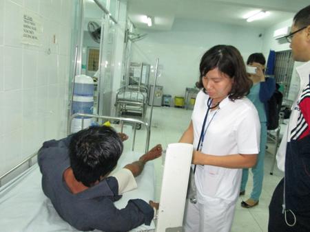 Các thuyền viên được bác sĩ chăm sóc sức khỏe